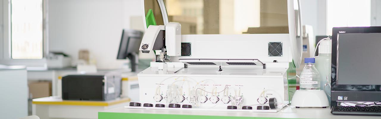 Analysegerät im Dedimed Labor